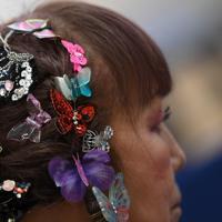 別所キミヱさんのトレードマークのチョウの髪飾り。海外勢に「バタフライマダム」とも称される=兵庫県明石市で2020年3月9日、久保玲撮影
