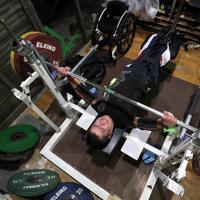 大会を前にジムで練習を続けるパラ・パワーリフティングの三浦浩さん=横浜市港北区で2020年3月2日、佐々木順一撮影