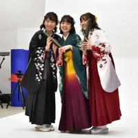 はかまを着て撮影を楽しむ学生=佐賀市で2020年3月18日午後4時31分、池田美欧撮影