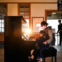 JR京終駅に置かれたピアノ。通りすがりの人が思い思いに弾き、居合わせた人がその音色を楽しんでいた=奈良市で2020年2月27日、山田尚弘撮影