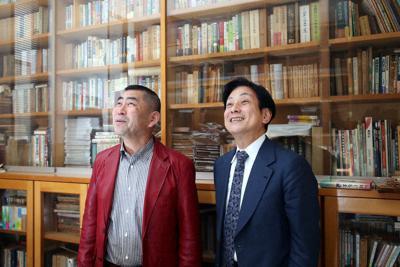 故桂米朝さんの思い出を語る孫弟子の桂南光さん(左)と長男で弟子の桂米団治さん=兵庫県尼崎市で