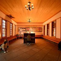 JR京終駅に置かれたピアノ。通りすがりの人が思い思いに弾き、居合わせた人がその音色を楽しんでいた=奈良市で2020年2月25日、山田尚弘撮影