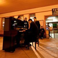 夕方には学校帰りの生徒たちがピアノを弾いていた=奈良市で2020年2月27日、山田尚弘撮影