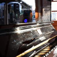 ピアノに映る電車=奈良市で2020年2月27日、山田尚弘撮影