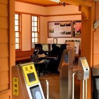 駅のホームから見るピアノ=奈良市で2020年2月25日、山田尚弘撮影