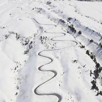 除雪作業が進む立山黒部アルペンルート=富山県立山町で2020年3月19日午後、本社ヘリから