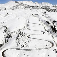 除雪作業が進む立山黒部アルペンルート=富山県立山町で2020年3月19日午前、本社ヘリから