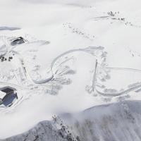 除雪作業が進む立山黒部アルペンルートの室堂付近。左下はホテル立山=富山県立山町で2020年3月19日午後、本社ヘリから