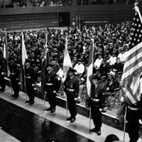 1964年のパラリンピック東京大会の閉会式で、入場する参加各国の国旗と整列した各国の選手団=東京都渋谷区の国立代々木競技場で1964年(昭和39年)11月