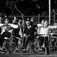 1964年のパラリンピック東京大会のアーチェリー競技で矢を放つ選手たち=東京都渋谷区のパラリンピック選手村内洋弓場で1964年(昭和39年)11月