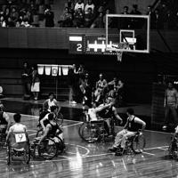 国立代々木競技場で熱戦が行なわれる1964年のパラリンピック東京大会の車いすバスケットボールの試合=東京都渋谷区で1964年(昭和39年)11月