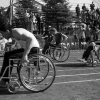 1964年のパラリンピック東京大会・陸上競技の車いす競争で力走する各国の選手たち=東京都渋谷区の織田フィールドで1964年(昭和39年)11月