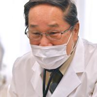 被爆者を診察する朝長万左男さん=長崎市の恵の丘長崎原爆ホームで2020年3月4日、徳野仁子撮影