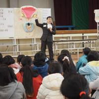模型を使って子どもたちに受精の仕組みを教える徳永桂子さん=兵庫県西宮市の市立樋ノ口小で
