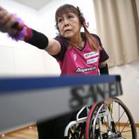 卓球の練習に励む別所キミヱさん=兵庫県明石市で2020年3月9日、久保玲撮影
