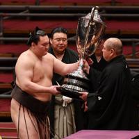 優勝し、八角理事長から賜杯を受け取る白鵬(左)=エディオンアリーナ大阪で2020年3月22日、木葉健二撮影