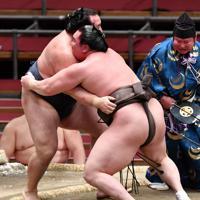 鶴竜(左)を寄り切りで破り優勝した白鵬=エディオンアリーナ大阪で2020年3月22日、猪飼健史撮影