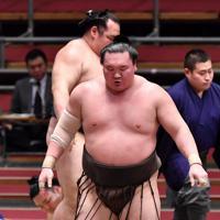 鶴竜(奥)を寄り切りで破り優勝した白鵬=エディオンアリーナ大阪で2020年3月22日、猪飼健史撮影