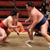 炎鵬(左)が距離を取りながら勢を攻める=エディオンアリーナ大阪で2020年3月22日、木葉健二撮影