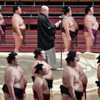 大相撲春場所の千秋楽であいさつする八角理事長=エディオンアリーナ大阪で2020年3月22日、猪飼健史撮影