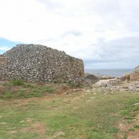 海沿いに建つ具志川グスク(沖縄県糸満市)。佐敷上グスクには、こうした石積みの城壁が見られない=伊藤和史撮影