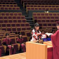 学位記を授与される九州大の卒業生。新型コロナウイルス感染防止のため、出席者は代表らとなった=福岡市西区で2020年3月23日午前10時8分、徳野仁子撮影