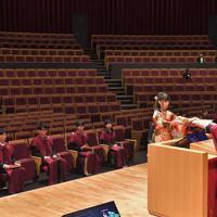 学位記を授与される九州大の卒業生。新型コロナウイルス感染防止のため、出席者は代表らとなった=福岡市西区で2020年3月23日午前10時6分、徳野仁子撮影