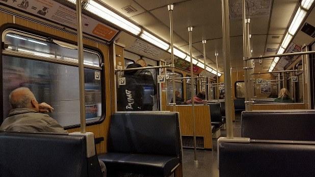 地下鉄車内で(熊谷徹氏撮影)