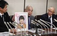 Kazuo Asakawa, center, speaks at a March 19, 2020 press conference about his younger sister Sachiko Asakawa, who was badly injured in the AUM Shinrikyo cult's 1995 sarin gas attack on the Tokyo subway and who passed away on March 10, in Tokyo. Kazuo had taken care of Sachiko, who was bedridden after the attack. (Mainichi/Akihiro Ogomori)