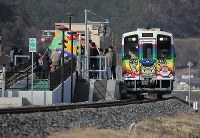 A Sanriku Railway Co. train stops at Unosumai Station in the city of Kamaishi, Iwate Prefecture, on March 20, 2020. The operation of the line was fully restored after a suspension due to damage caused by Typhoon Hagibis, which hit central to eastern Japan in October 2019. (Mainichi/Shinnosuke Kyan)