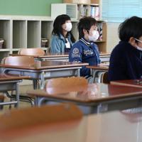 間隔を空けて着席し、修了式に臨む児童たち=大阪市天王寺区で2020年3月24日午前9時半、小出洋平撮影