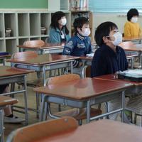 間隔を空けて着席し、修了式に臨む児童たち=大阪市天王寺区で2020年3月24日午前9時33分、小出洋平撮影