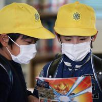 マスク姿で会話をする児童たち=大阪市天王寺区で2020年3月24日午前10時1分、小出洋平撮影