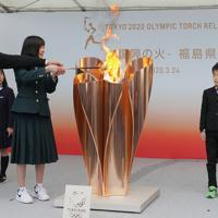 福島駅前で「復興の火」として展示するため聖火皿にともされる東京オリンピックの聖火=福島市で2020年3月24日午後2時48分、和田大典撮影