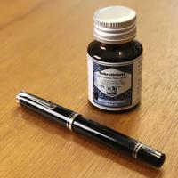 寄藤文平さんの「私のイッピン」。仕事で使用する万年筆=東京都港区で、佐々木順一撮影
