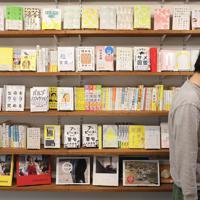 寄藤文平さんの事務所に並ぶたくさんの本=東京都港区で、佐々木順一撮影