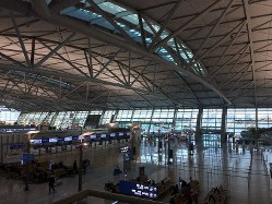 新型コロナウイルスの感染拡大で、人影もまばらな韓国・仁川空港=2020年3月6日、坂口裕彦撮影