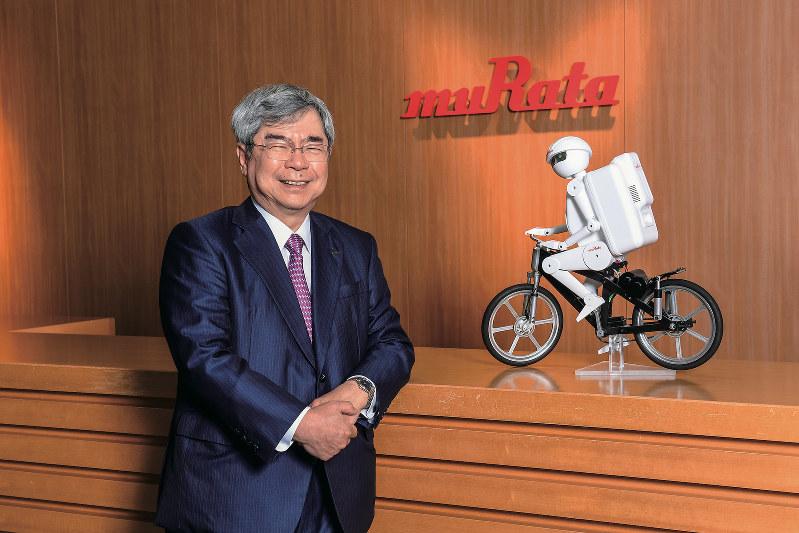 Interviewer 藤枝克治(本誌編集長) Photo 平岡 仁、京都府長岡京市の本社で。右は自転車型ロボット「ムラタセイサク君」。