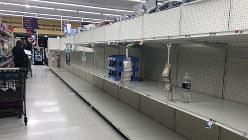 社会がパニック状態になるとスーパーからトイレットペーパーがなくなるのは世界共通の現象か=米ワシントン近郊の大型スーパーで3月12日、中井正裕撮影