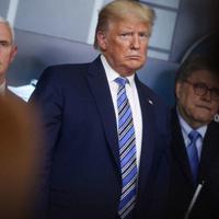 ホワイトハウスでの記者会見に臨むトランプ大統領=23日、ロイター