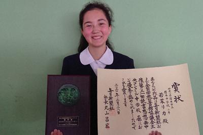 受賞者に贈られた賞状と盾を手にする若菜リカさん=神奈川県厚木市立厚木中学校で、大沢瑞季撮影