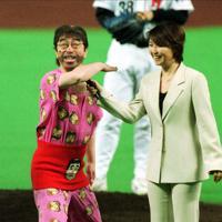 始球式に登場した志村けんさん。得意の「アイ~ン!」もとび出した=福岡ドームで2001年