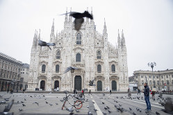 人影が絶えた名所ドゥオーモ広場(イタリア・ミラノ)(Bloomberg)