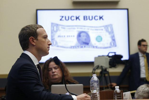 世界各国の金融等鉱区から承認を受けられるか(フェイスブックのザッカーバーグCEO=左)(Bloomberg)