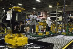 景気の先行きを知る上で企業の景況感の指標が欠かせない(米国の製造現場)