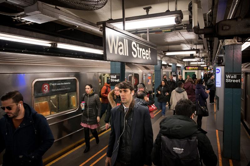低金利は経済の潜在力を奪う(米ウォールストリートの地下鉄駅)(Bloomberg)