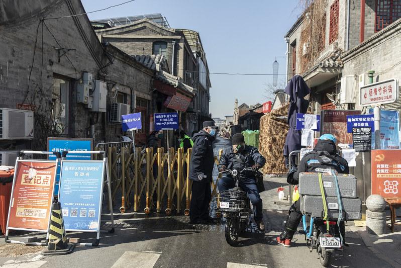 北京の横町、胡同に通じる道には検問所が設けられている=北京市で3月17日(Bloomberg)