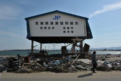 津波で一階部分が流された建物=宮城県亘理町で2011年4月1日午後2時46分、三浦博之撮影