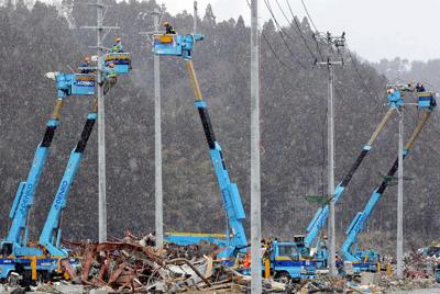 雪が降る中も続く電気の復旧工事=宮城県南三陸町で2011年4月4日午後1時58分、幾島健太郎撮影