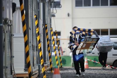 仮設住宅の入居準備で荷物を運び入れる人たち=岩手県陸前高田市で2011年4月9日午後3時44分、兵藤公治撮影